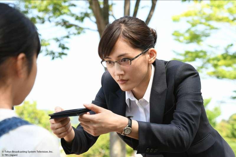 今年暑假,橫掃日本收視榜的戲劇《繼母與女兒的藍調》,溫馨、搞笑的演繹出「重組家庭」中,女兒與繼母之間的尷尬關係。劇中飾演繼母的綾瀨遙,也顛覆女神形象,大跳肚皮舞只為討繼女歡心!(圖/KKTV提供)