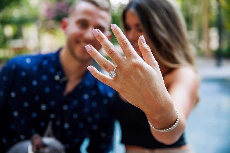拓荒者史陶斯卡斯(圖左),近日與女友求婚成功。(截圖至布林恩的個人Instagram)