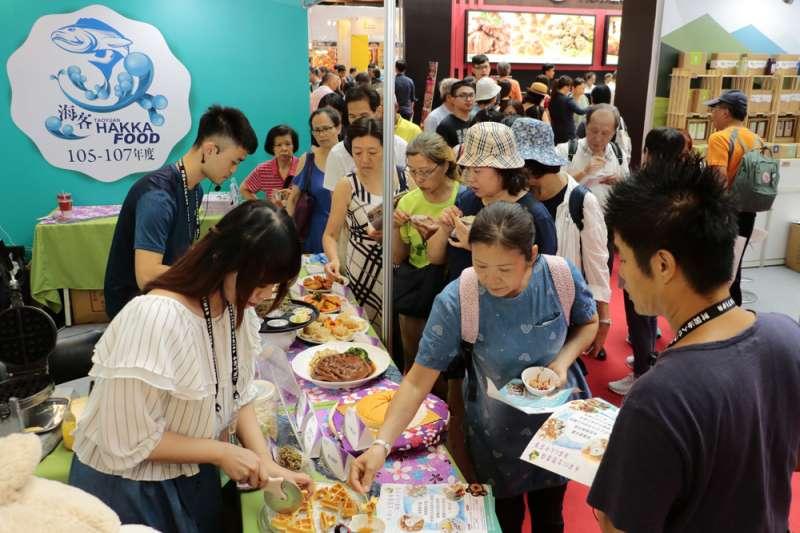 2018台灣美食展「桃園客家海洋美食區」吸引許多民眾試吃。(圖/桃園市政府客家局提供)