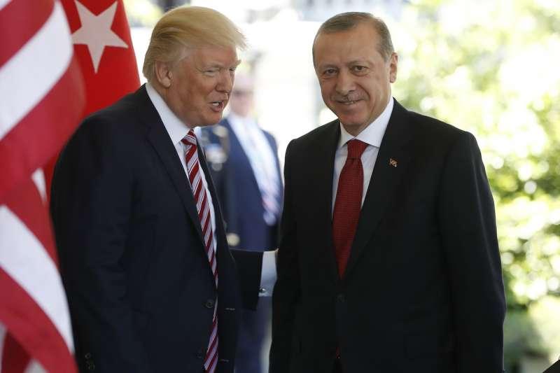 美國總統川普(左)與土耳其總統艾爾多安。(美聯社)