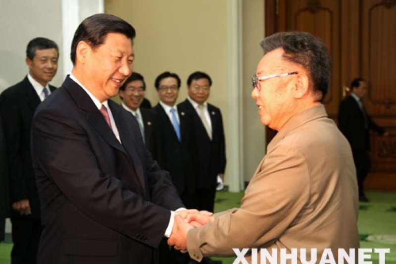習近平曾在2008年6月17日以中共中央政治局常委、國家副主席身分訪問平壤,會見當時北韓最高領導人、金正恩之父金正日(取自網路)