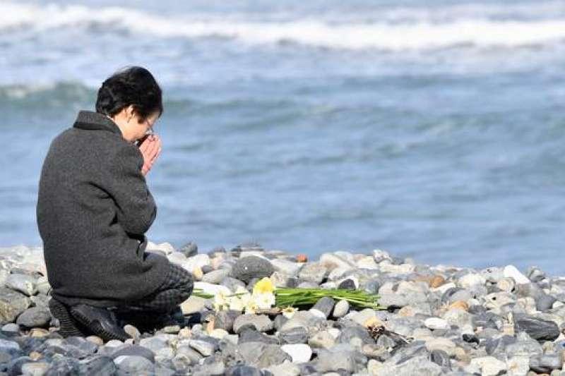 2018年3月11日,民眾前往仙台市荒濱海邊,悼念311震災中的罹難者。(美聯社)