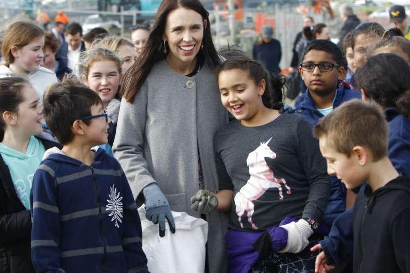 紐西蘭總理雅頓宣布明年起禁用一次性塑膠袋。(美聯社)