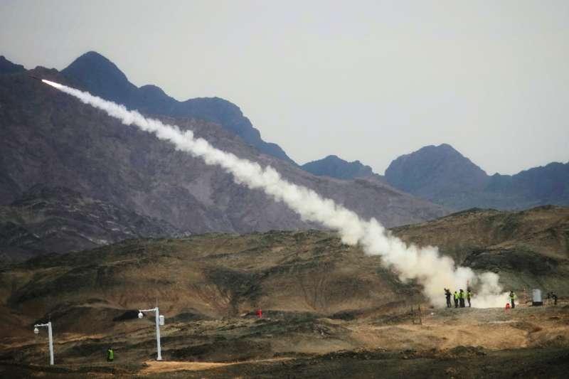 「國際軍事比賽─2018」參賽的中國防空兵使用飛彈打擊模擬直升機靶標。(新華社)