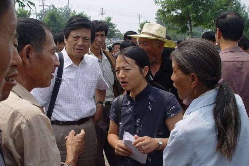 2000年,陳桂棣和妻子吳春桃開始為寫《中國農民調查報告》開展調查。圖為《中國農民調查報告》作者陳桂棣和吳春桃在安徽某法院外(2004年8月)。(BBC中文網)