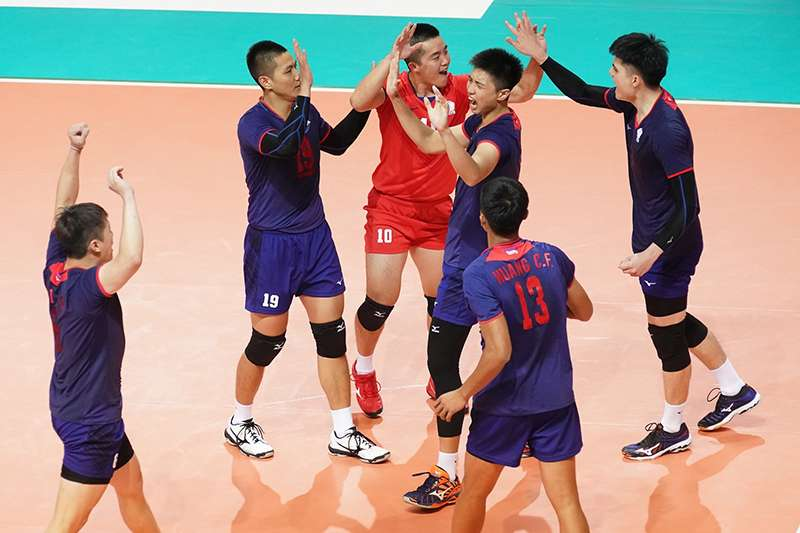 中華隊在亞洲盃男排第3戰遭到泰國強力挑戰,靠著主攻手火力解放,以及落後時保持專注力,最終以3比2的局數逆轉獲勝。(圖由中華排協提供)