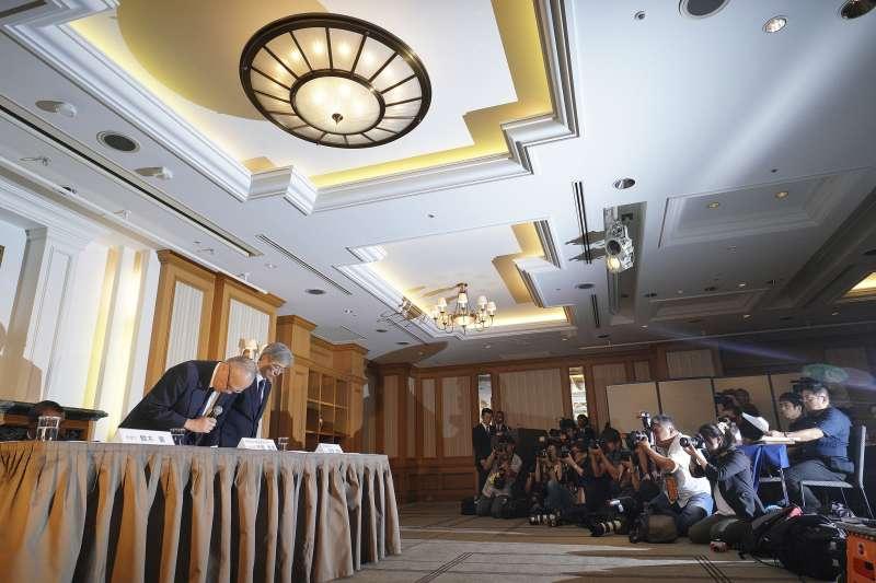 東京醫科大學代理校長宮澤啟介(右)、常務理事行岡哲男(左)鞠躬道歉。(美聯社)