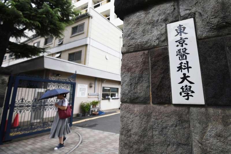 東京醫科大學被踢爆在醫學部醫學科入學考試中,調低女性考生的成績,幫男性還有高官子女加分。(美聯社)