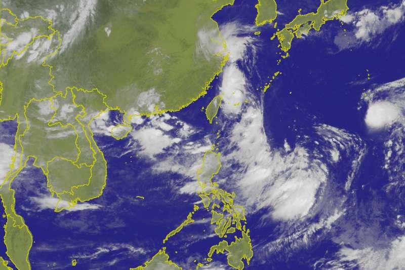 根據中央氣象局通報,原位於關島北北西方海面的熱帶性低氣壓已於12日凌晨2時,增強為今年第15號颱風「麗琵」(Leepi),預計將朝北北西方向前進。圖為第14號颱風摩羯(左)與第15號颱風麗琵(右)12日凌晨2時路徑潛勢預報。(取自中央氣象局)