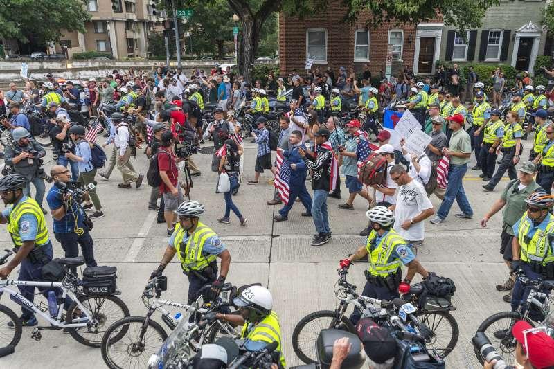 沙洛斯維種族衝突事件周年:警方出動大批人力「護送」參加華府「右派大團結2」遊行的白人至上主義者(AP)