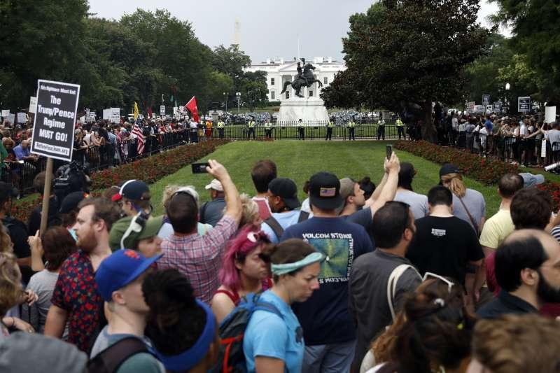 沙洛斯維種族衝突事件周年:大批反種族主義者嗆聲參加華府「右派大團結2」遊行的白人至上主義者(AP)