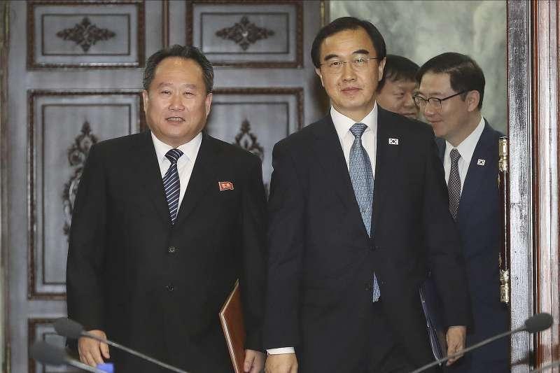 2018年8月13日,兩韓代表團在板門店「統一閣」舉行高級別會談,左為北韓祖國和平統一委員會委員長李善權,右為南韓統一部長趙明均(AP)