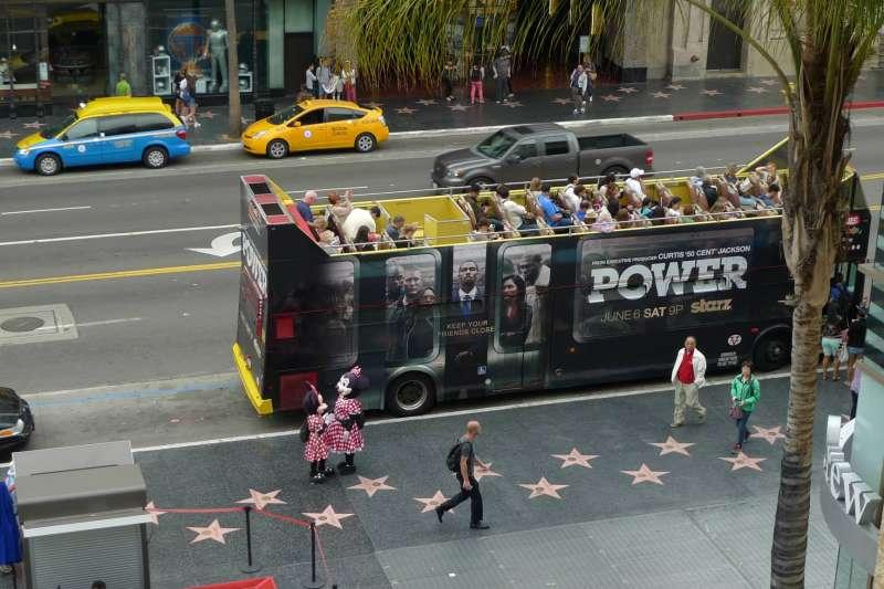 好萊塢的星光大道上,鑲嵌有兩千多個星星,每個星星上頭都寫著一個好萊塢商會追敬的名人姓名。(圖/Facebook@Jill Lo)