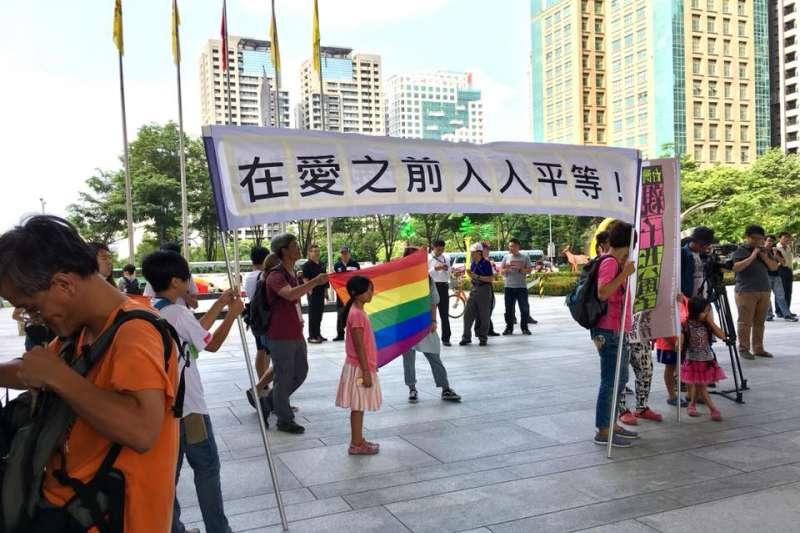 20180813-現場挺同團體,對反同團體高喊「在愛之前人人平等」的口號。(取自「性別平等教育大平台」粉絲專頁)