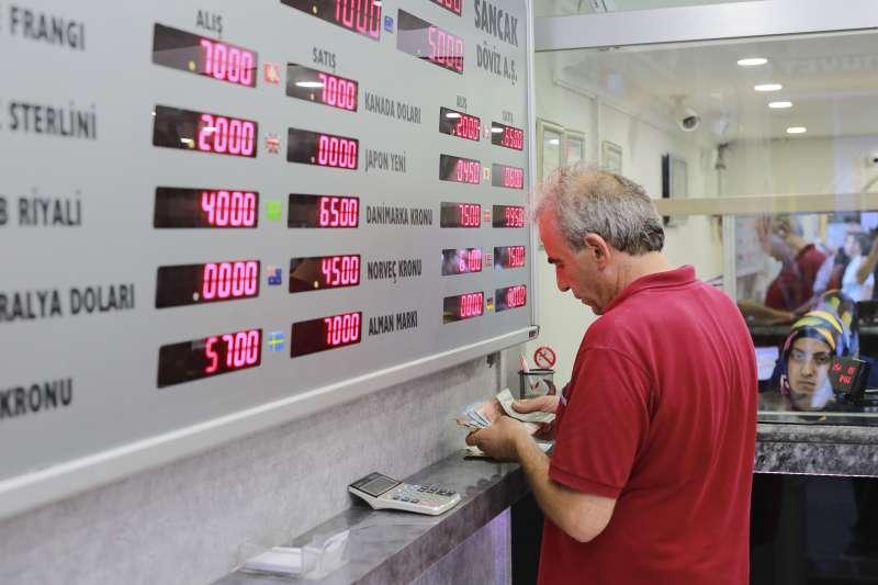土耳其總統艾爾多安為刺激經濟,不讓銀行升息,導致土耳其國內通貨膨脹嚴重。(美聯社)