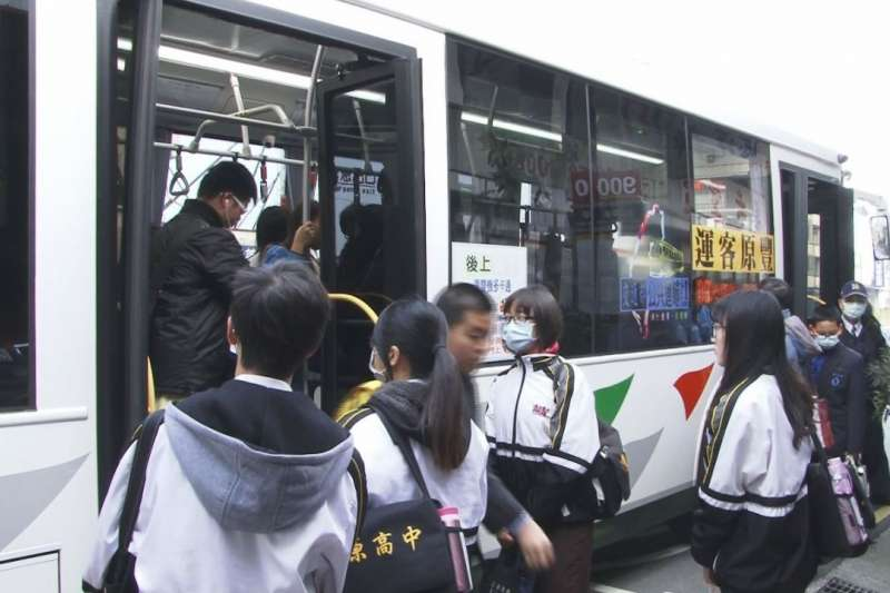 鼓勵民眾搭乘大眾運輸工具,只要使用悠遊卡或一卡通搭乘火車,在台中市內所有火車站下車,在2小時內使用同一張卡轉乘公車,10公里以上車資均享免費。(圖/台中市政府提供)