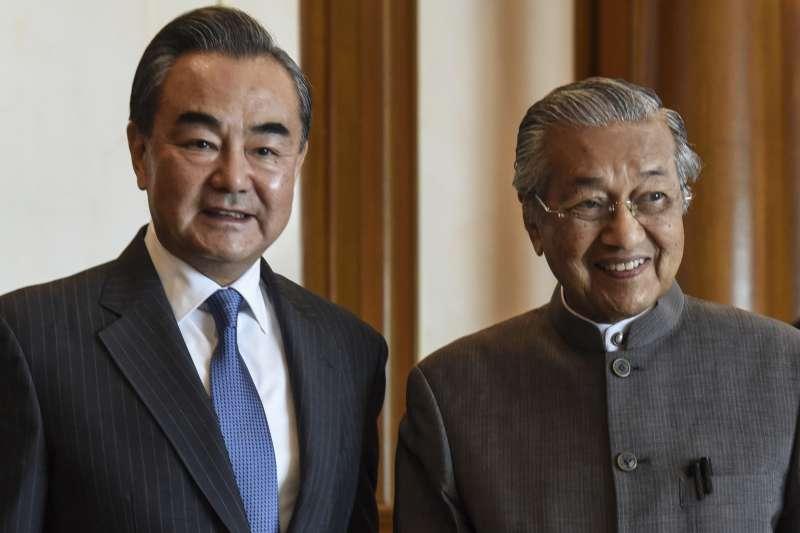 在訪中前夕,馬來西亞總統馬哈地直言盼能取消與中國簽訂的多項合作計畫,圖為馬哈地與中國外交部長王毅。(AP)