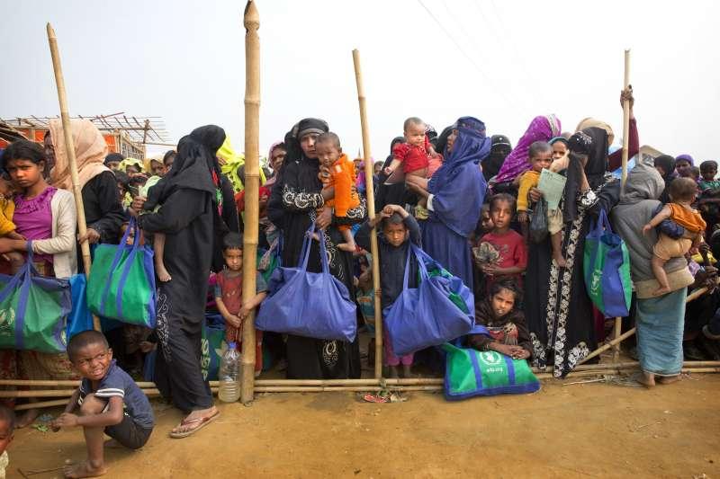 孟加拉的羅興亞難民營透過民選方式,組成管理委員會,其中半數成員是女性(AP)