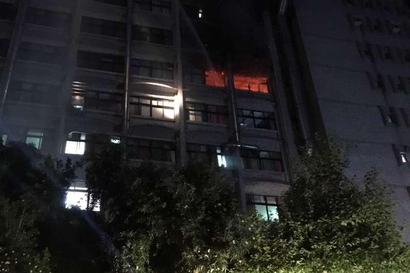 20180813-衛生福利部台北醫院護理之家13日凌晨發生火警,致多人無呼吸心跳送醫,經消防局統計,共造成9人死亡、10人重傷及6人輕傷。(取自新北市消防局臉書)
