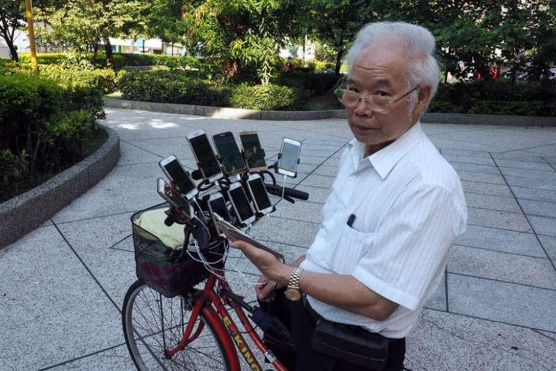 陳三元是一名退休風水師父,因為愛上抓寶可夢,在腳踏車上自己安裝11台手機、行動電源邊騎邊抓,超狂舉動意外爆紅到國外。(圖/BBC中文網)