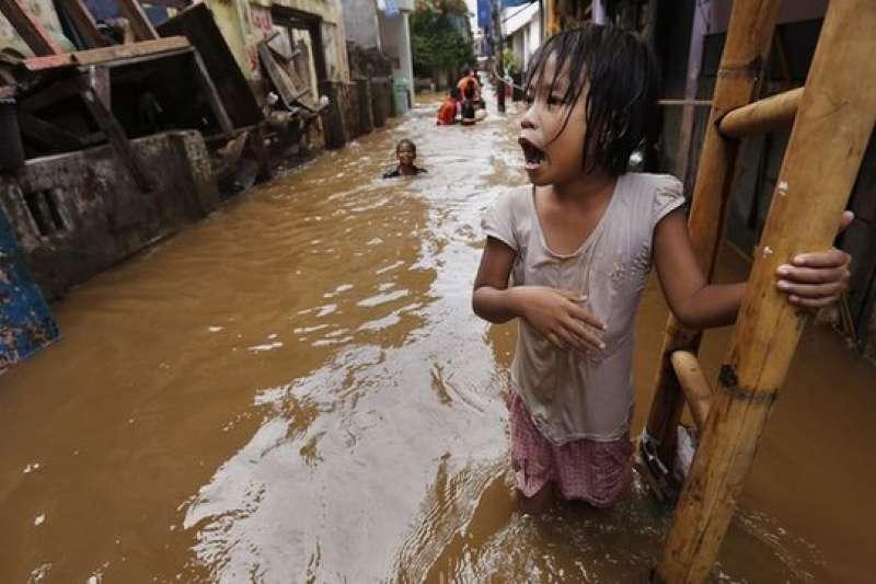 雅加達地層不斷下陷,專家預估2050年這座城市的許多部分都會沈入水底。(圖/BBC中文網)