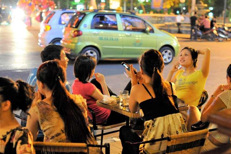 越南消費水準提升之後,愈來愈多台灣人以「美食」進軍越南,但成功者寥寥可數,過來人揭:「用台灣經驗看越南」是多數台灣人的通病。(圖/Emilio Labrador@flickr)