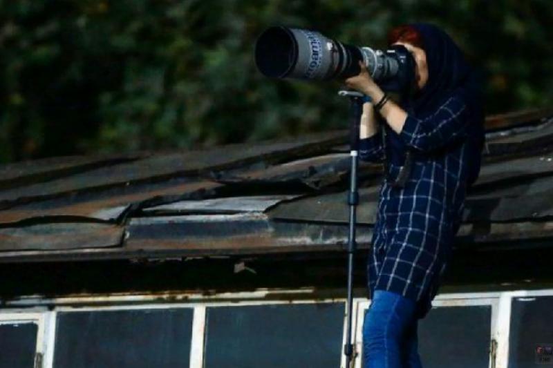 伊朗禁止女性進入足球場觀賽,女攝影師普塔荷莉安爬到賽場附近的民居屋頂拍攝比賽(截自YouTube)