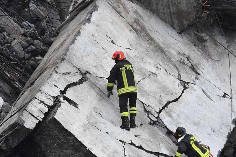 2018年8月14日,義大利北部熱那亞一處高架橋崩塌,恐有數十人死亡。(AP)
