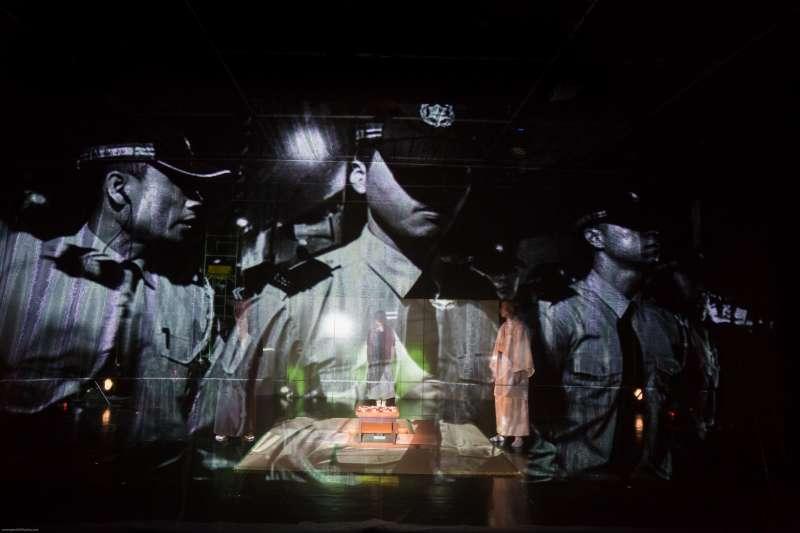 澳門導演杜詠琪創作的舞台劇《手談坐隱》首度在台北登場,以2013年澳門社運「六三O運動」與1933年吳清源對戰本因坊秀哉的世紀棋局相互對照。 (澳門劇場搏劇場)