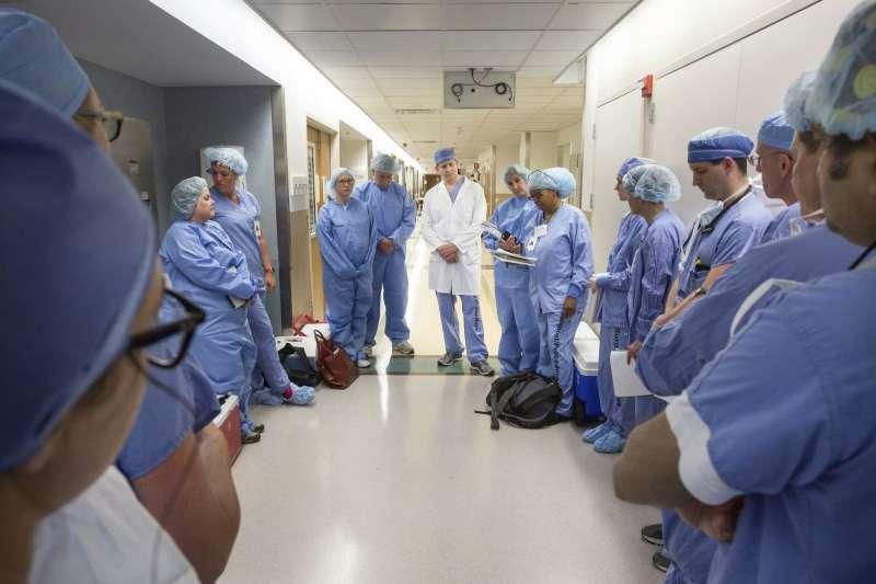 美國知名醫院梅約診所被病患控訴醫療綁架,圖中非當事醫療團隊(AP,資料照)