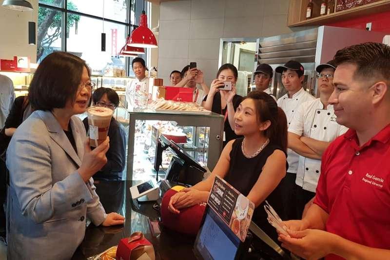 「85度C」在美國賣咖啡給總統蔡英文,遭中國網友質疑是「台獨企業」,在中國官網被迫發出聲明,強調「反台獨、支持九二共識、兩岸一家親」。(資料照,取自蔡適應臉書)