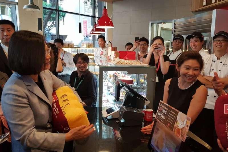 總統蔡英文出訪友邦過境洛杉磯時,進入85度C麵包店,結果被中國網友為台獨企業。(翻攝「基隆.蔡適應」臉書)