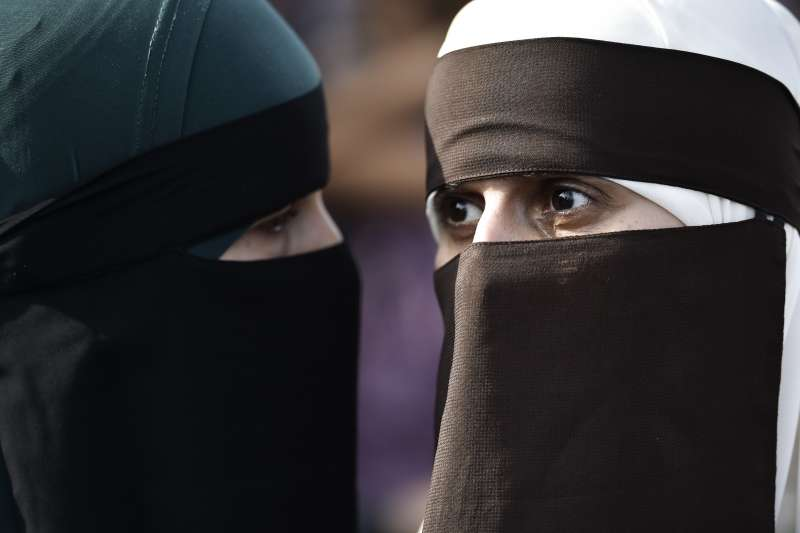 前英國外交大臣強森汙辱穆斯林女性是「郵筒」與「銀行搶匪」,導致英國穆斯林婦女受到辱罵的例子激增(AP)