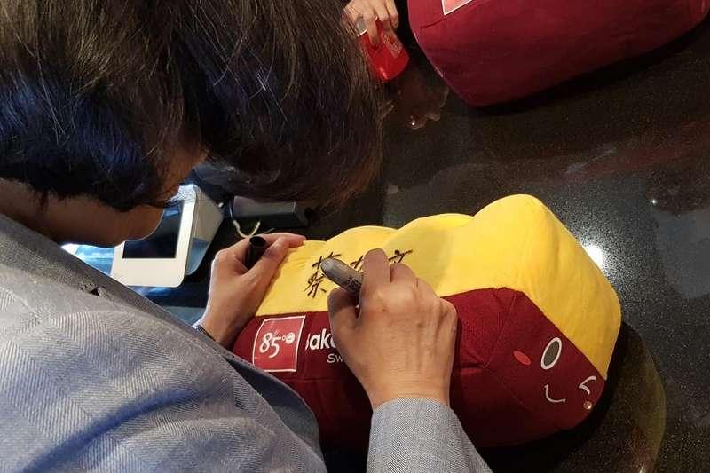 這個蔡英文總統簽名的抱枕,讓85度C直接沸騰,升溫七度。(立委蔡適應臉書)