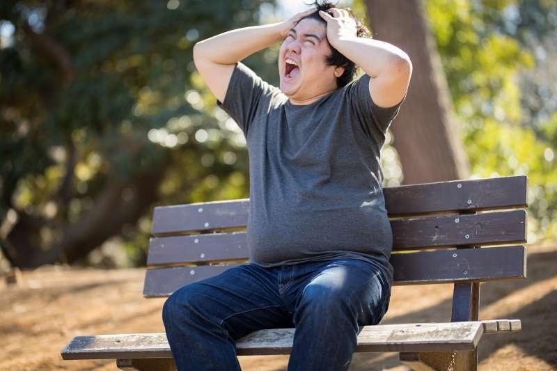 據統計國人大約有4%的人有慢性頭痛的問題,以女性、有肥胖、失眠、焦慮和習慣服用止痛藥的人較容易有慢性頭痛的問題。(圖/pakutaso)