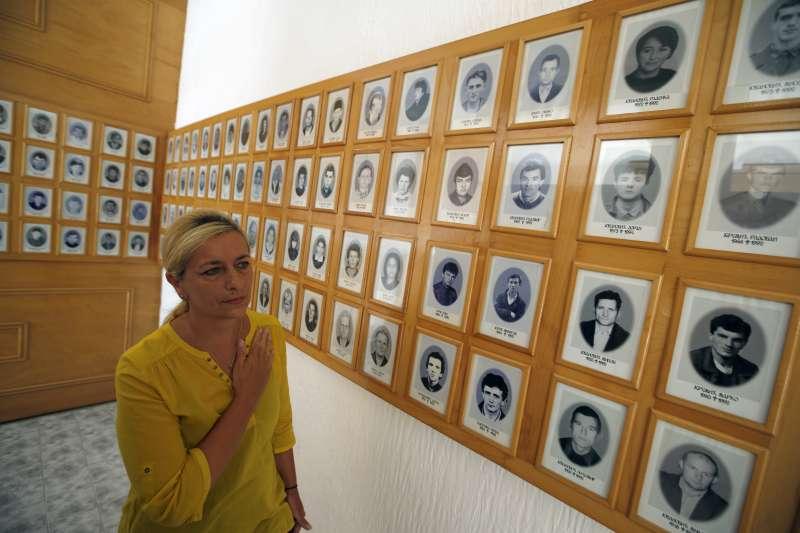波士尼亞1名塞族女性參觀雪布尼查大屠殺紀念館(AP)
