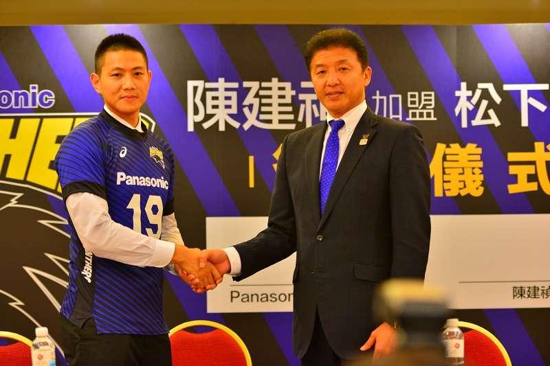 陳建禎正式加盟日本V.League一級聯賽三冠王松下黑豹,部長南部政司(右)也特地來到台灣參與簽約儀式。 (金茂勛攝)
