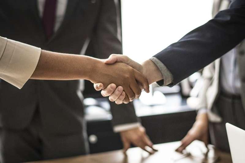 舉凡升遷、與客戶談生意、和同事合作,多少都需要禮儀加持才能圓滿。(圖/PEXELS)