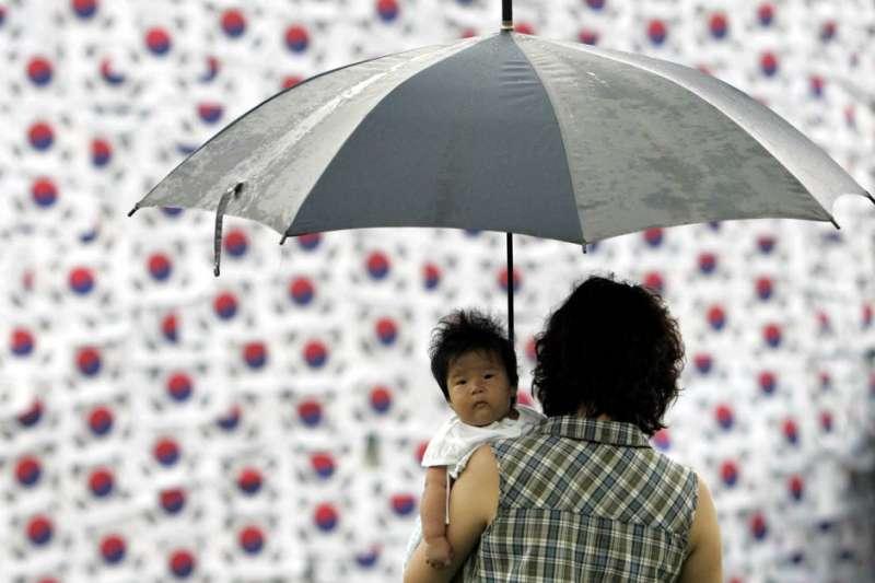 提高生育率,是迫在眉睫的國安大事。圖為南韓生育率創之低示意圖。(AP)