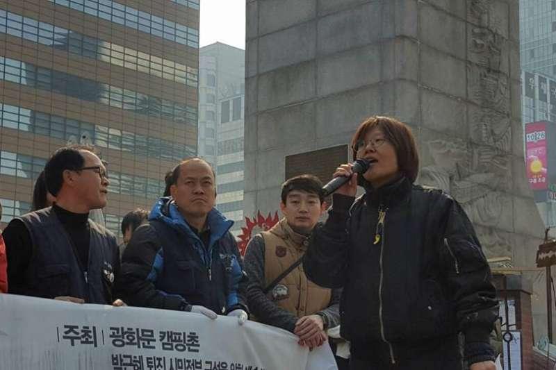 朴槿惠政府的藝文界黑名單被踢爆後,南韓藝文界人士發起反黑名單運動,透過藝術表演結合抗議,表達不滿。(林仁子提供)
