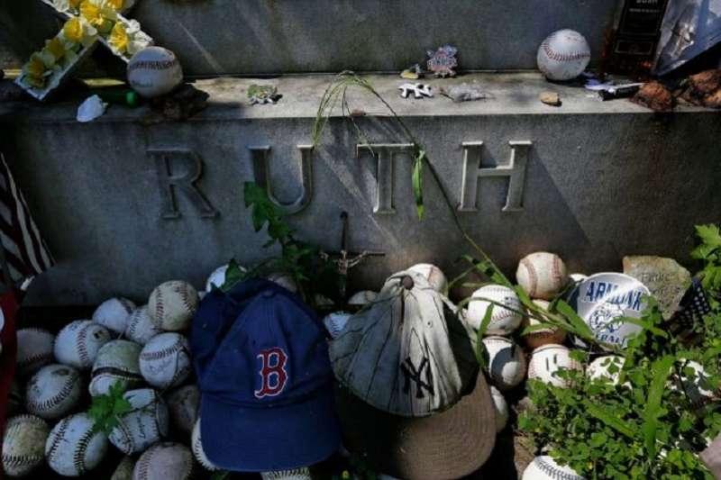 儘管貝比魯斯已經辭世了70年,但直到今日貝比魯斯的墳墓上依舊可以看到許多球迷留下的球棒、球、以及帽子。(美聯社)