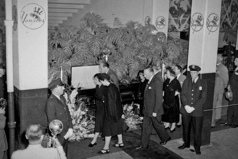 貝比魯斯過世於1948年,洋基迷跑到舊的洋基球場瞻仰與送行。(美聯社)