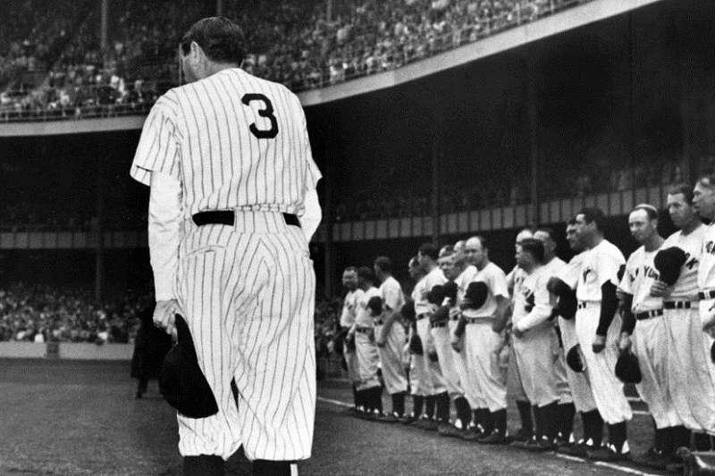 1948年6月13日洋基舉行了貝比魯斯(左)3號背號的退休儀式。(美聯社)