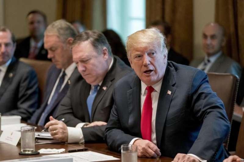 川普總統在白宮內閣室舉行的內閣會議上講話。(美聯社)
