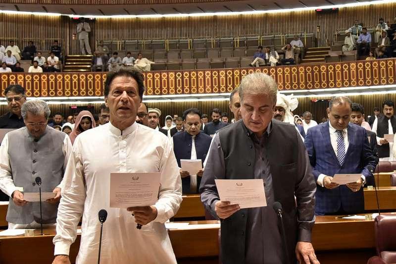 2018年8月17日,巴基斯坦新任總理汗恩(Imran Khan,左)宣誓就職(AP)
