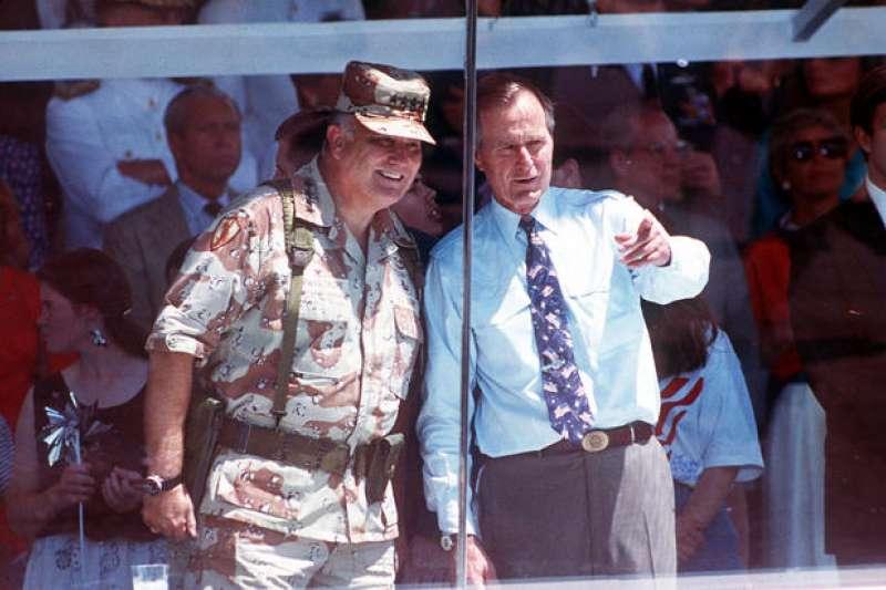 美國1991年波斯灣戰爭勝利後,同年6月8日舉行「全國勝利閱兵」,波斯灣戰爭指揮官史瓦茲科夫將軍(Norman Schwarzkopf,左)與時任美國總統老布希(右)。(AP)