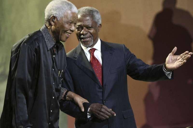 聯合國前秘書長安南(Kofi Annan,右)與南非前總統曼德拉,攝於2007年(AP)