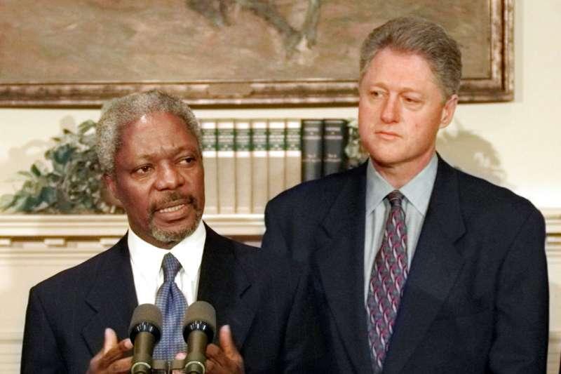 柯林頓(右)在國內利益團體壓力下,不再因人權問題影響與北京的經貿。(AP)