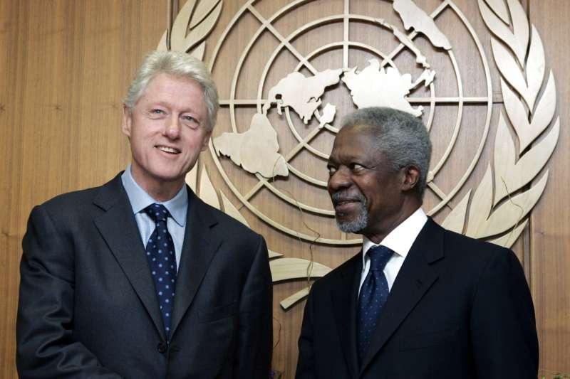 聯合國前秘書長安南(Kofi Annan,右)與美國前總統柯林頓(AP)