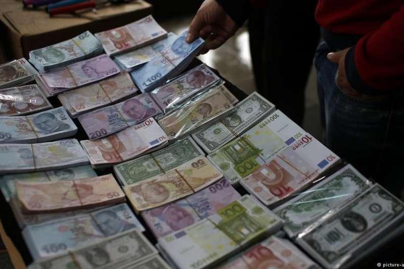 土耳其里拉狂貶,土國主權債券信用也被下調成「垃圾等級」。(德國之聲)